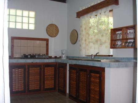 A louer,  maison meublée  à 50 m de la plage à Ampasikely