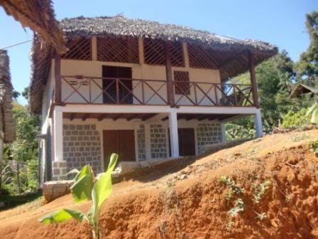 A louer, une belle maison à une étage au bord de la plage.