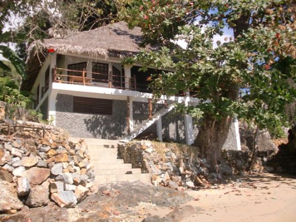 A Louer, superbe maison pied dans l'eau située à Ampangorina.
