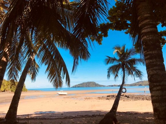 Beau terrain à 2mn de la plage et bord de route