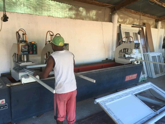 A vendre, atelier de fabrication de châssis de fenêtre