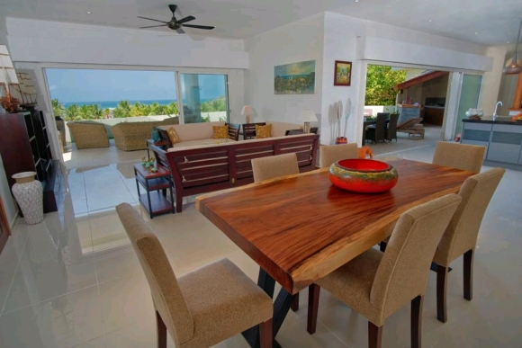Belle villa avec piscine et superbe vue panoramique sur la mer