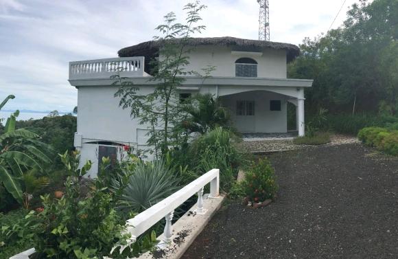 Jolie maison sur la colline avec une vue imprenable sur la campagne environnate